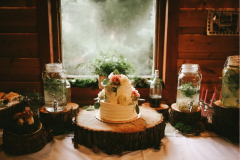 Svatební dort od místní cukrářky s květinovou dekorací